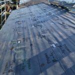 既存屋根の上に下地を設置します