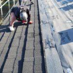 下地の上に軽量の屋根素材を敷きます